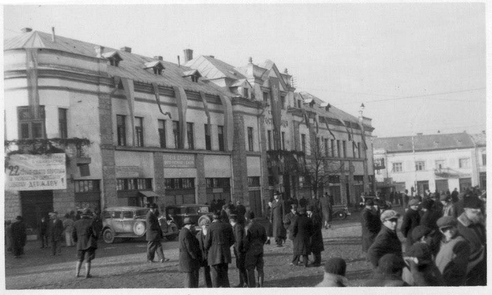 """Січова гостинниця в якій містилася штаб-квартира Карпатської Січі. Надпис на плакаті: """"22 січня - свято боротьби за Українську Самостійну Соборну Державу"""""""