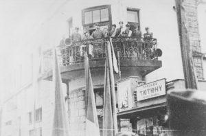 Генерал-чотар УГА, член військової референтури Проводу українських націоналістів В.Курманович на балконі будівлі Головної Команди під час проведення ІІ краєвого з'їзду Карпатської Січі в Хусті 19 лютого 1939 р.