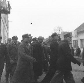 Колона карпатських січовиків марширує поблизу будівлі Головної Команди Карпатської Січі в Хусті перед відправкою на фронт. 14-15 березня 1939 р.