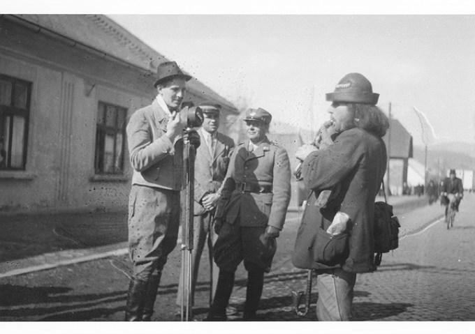 Петро Лисюк (з фотоапаратом) на вулиці в Хусті. Незадовго перед загибеллю 14 березня 1939 р.