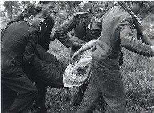 Реконструкція. Січовики несуть пораненого. Квітень 1939 р. Словаччина.