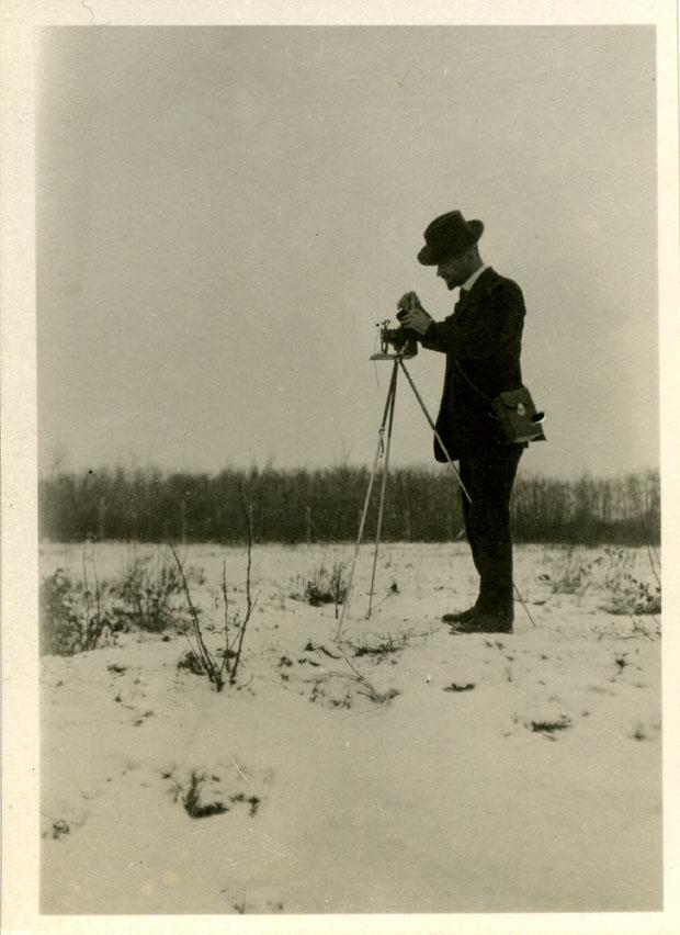Іван Боберський з фотоапаратом (Йорктон, Саскатчеван, Канада, 21 листопада 1920)