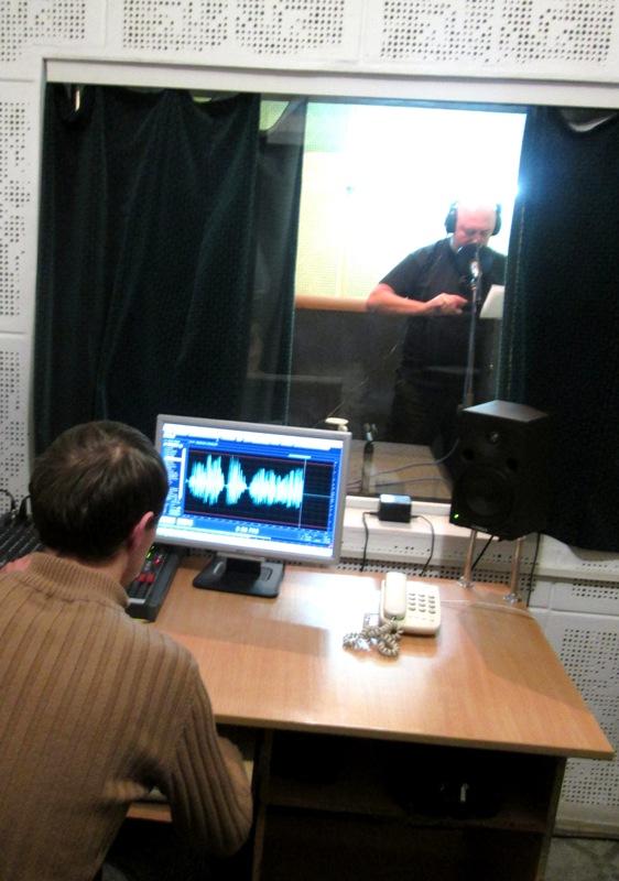 Андрій Середа начтує текст до фільму в студії