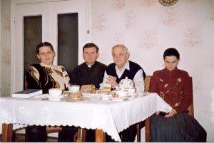 о. Дмитро Григорак з родиною Свідзинських