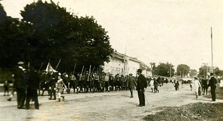 Львівські пластуни в поході на могили стрільців УГА на Янівське кладовище на Зелені свята 1924 р.