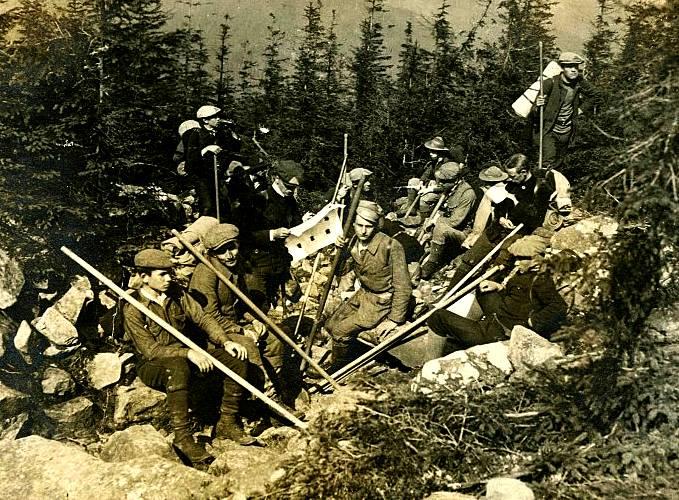 Рідкісне фото військового вишколу, яке проводив Іван Чмола для перших пластунів у Карпатах в 1913 р.