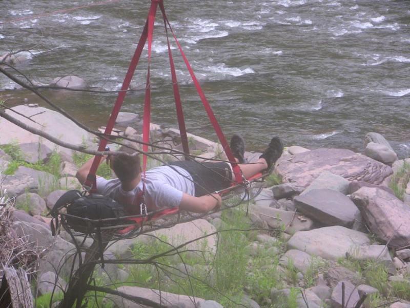 Перевозимо пацієнта через річку - загнав сокиру в коліно.