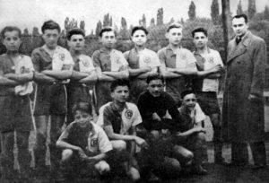 Юнацька футбольна команда «Рапід» (Прага), в складі якої у 1938 році виступали П. Крайняниця (воротар) та Д. Калинич (стоїть: третій зліва)
