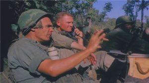 Гарольд Мур (з телефоном) і Мирон Дідурик в зоні висадки X-Ray.