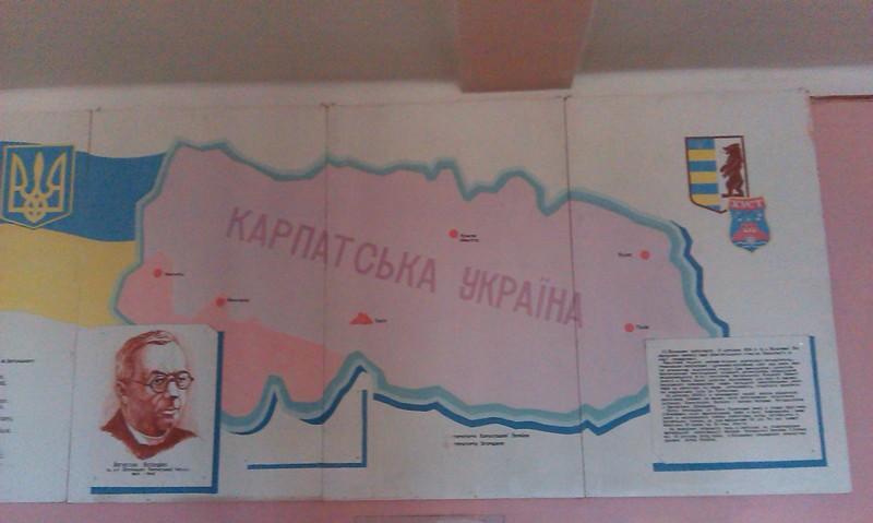 Інформаційний стенд на стіні в одному з коридорів