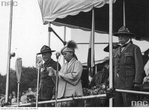 Відкриття Джемборі у Голландії, серпень 1938-го. Байден-Пауелл, королева Вільгельміна, начальний скаут Голландії Жан-Жак Рембо