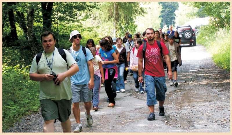 Одноденний туристичний похід. Попереду комендант Роман Довгович, виховники Іван Прокіпчак та Гавріїл Чіпак