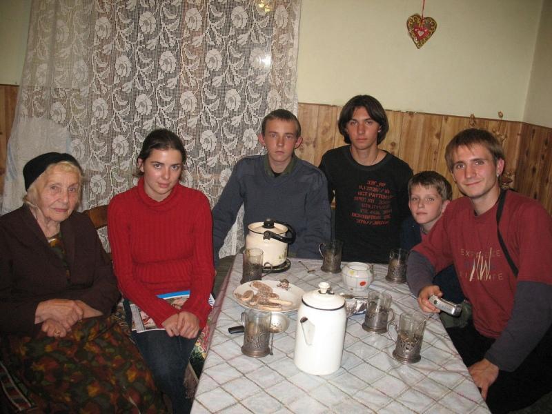 Члени куреня УПЮ ім. Пилипа Орлика на відвідинах у Євгенії Головацької