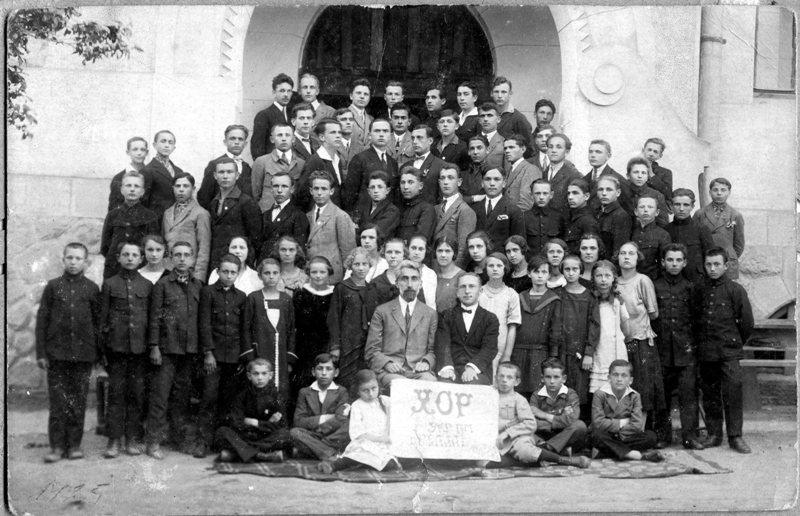 Гімназійний хор в Рогатині, по центру директор гімназії Антін Крушельницький