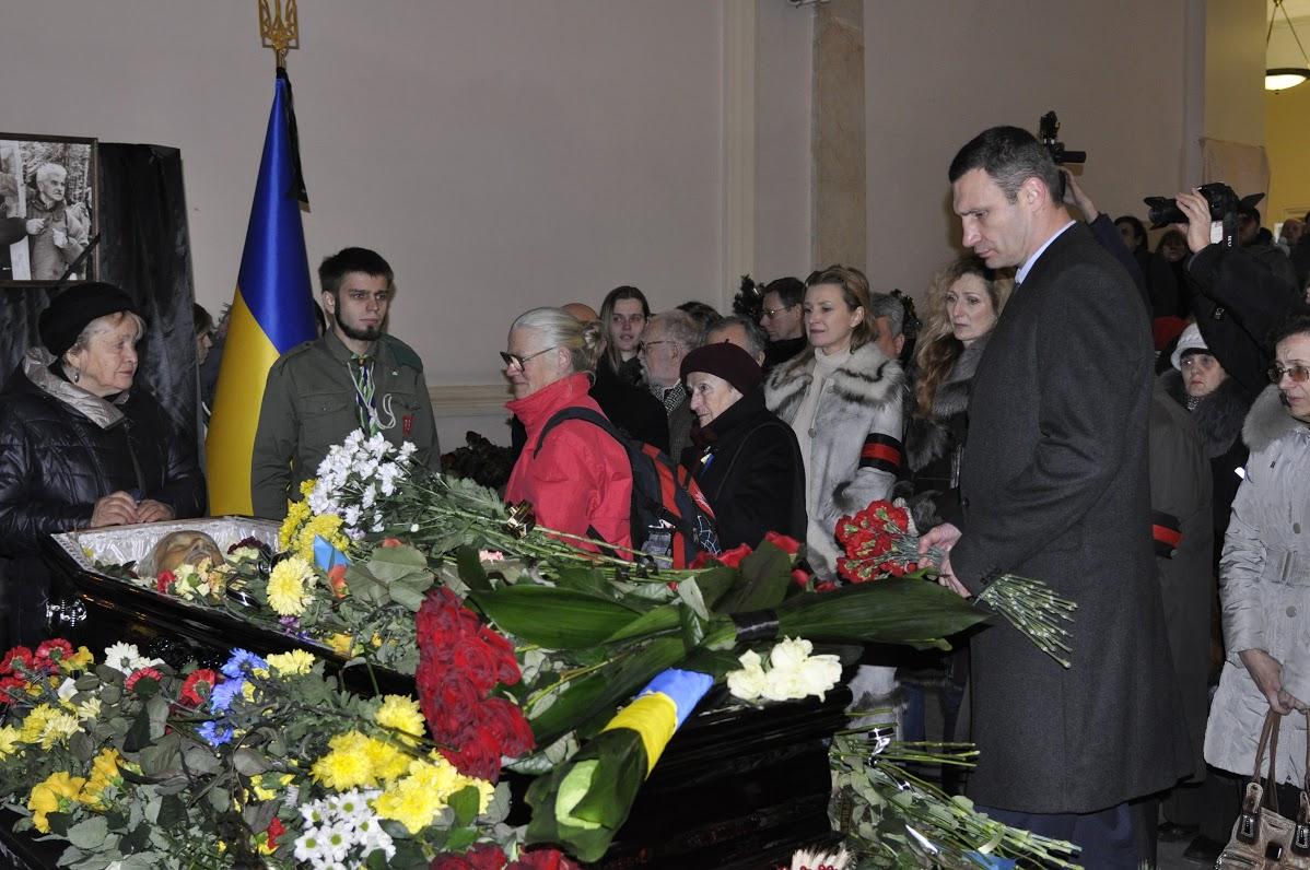 Прощання з Євгеном Сверстюком, квіти покладає Київський міський голова Віталій Кличко
