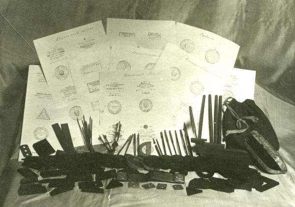 Документи, канцелярське приладдя і печатки