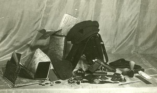 Карти, зброя, гроші, годинник, компас, предмети гігієни. Кашкет із тризубом і пілотка з червоноармійською зірочкою
