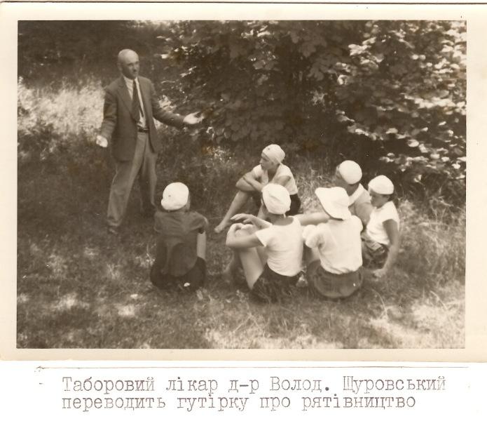 Таборовий лікар д-р Володимир Щуровський переводить гутірку про рятівництво