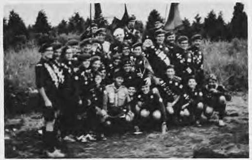 Пл. уч. Олесь Стадник (перший з права) разом групою канадських скавтів у Японії
