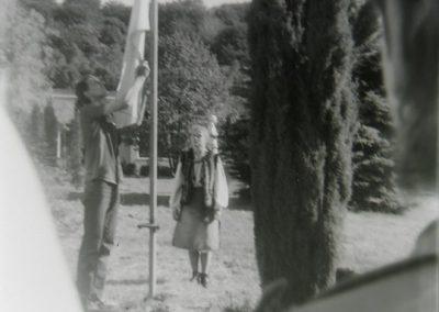 Богдан Гасюк та Аничка Сумик піднімають прапор