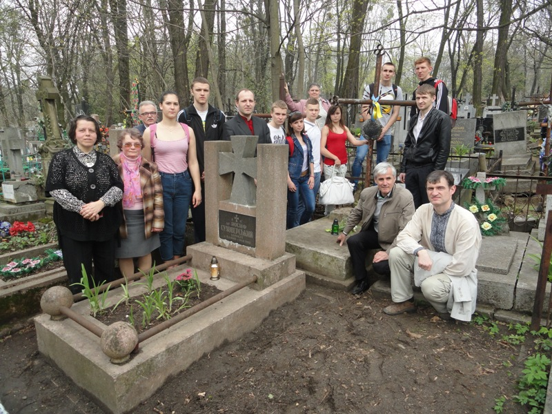 На могилі Оксани Суховерської у Львові, 8 квітня 2016
