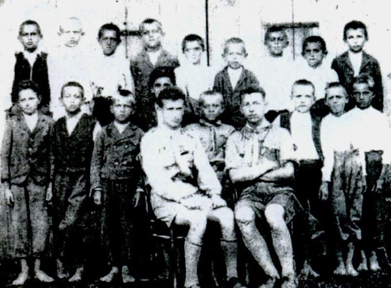 """Буштинські """"вовченята"""". Сидять: М. Орос (кошовий Пласту) та Ю. Форкош (курінний); між ними стоїть І. Коршинський"""