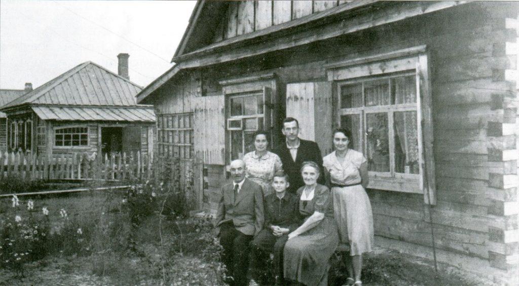 Ярослав Мазурак (стоїть по центру) з родиною на засланні