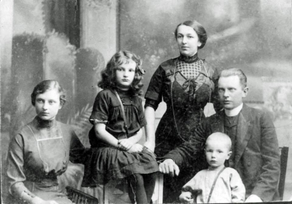 Родина Яросевич в Стрию в 1912. З лiва Дарiя, Тетяна, мaти - Олена Нижанкiвська, батько - о. Николай Яросевич, Анатоль