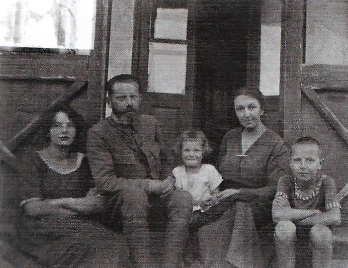 Сестра -Таня, батько - о. Николай, Iрена, мaти - Олена Нижанкiвська, брат - Анатоль