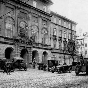 Вхід до Львівської ратуші під час листопадових подій 1918 року