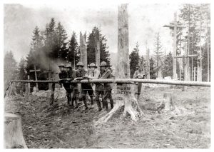 На фото з Маківки: Микола Колесса на задньому плані малює шкіц цвинтаря
