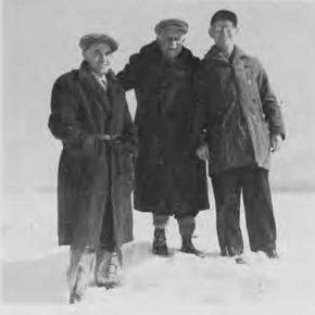 Начальний Пластун Сірий Пев (посередині) в товаристві пп. сен. Маріяна Борачка з Боффало на фармі п. Качора (справа) в Бостоні біпя Баффало під час пошукувань за відповідною на пластовий табір площею для Пл. Станиці в Боффало. Світлина з 1950 р.