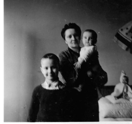 Наталія Шухевич із дітьми Юрком та Марійкою, 1941 р.