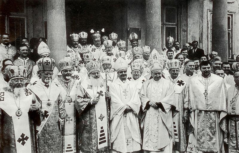 Спільне фото єпископів — учасників Виборчого Синоду. Львів, подвір'я храму св. Юра