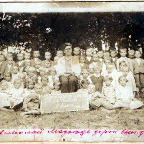 Учитель Микола Медвідь з пластунами