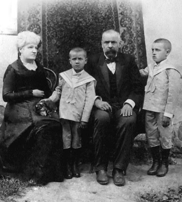 Іван та Іриней Чмола з батьками
