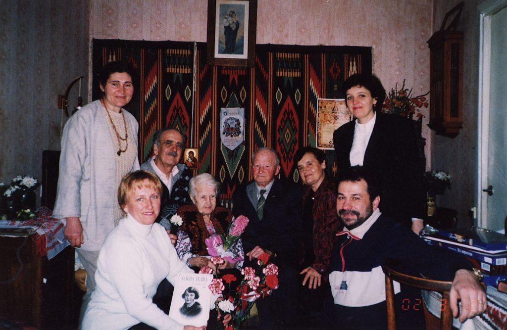 Наталя Попович та її шанувальники в день уродин. 1 березня 2002 року