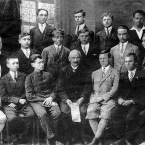 Роман Яримович серед учнів Стрийської гімназії, 1927 р.