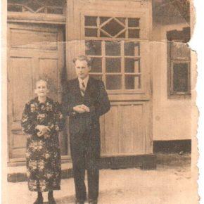 Микола Матвійчук з мамою. Фото з родинного архіву