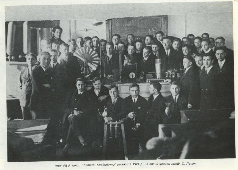Учні 7 А кляси Головної Академічної гімназії, 1924, лекція Северина Дещія