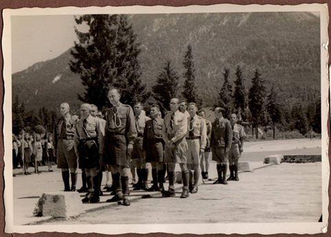 Пластова старшина і команда ЮСВ під час дефіляди
