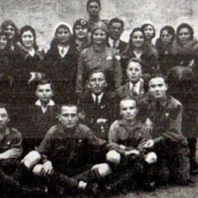 Український Пласт на Буковині, 1933, по боках стоять Б. Сірецький і Л. ГУзар, а в середині Л. Гнідевич-Никорович