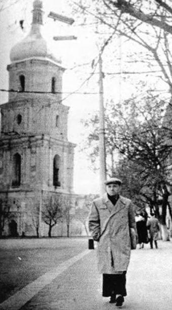 Василь Кук біля Софійського собору. Київ. Фото зроблене прихованою камерою КДБ після 1961 р.