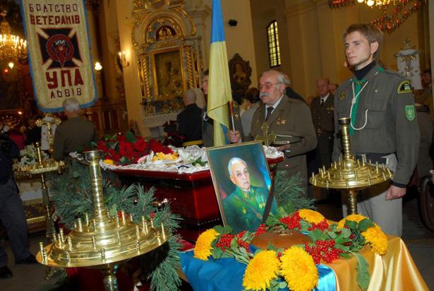 Люди прощаються з останнім головнокомандувачем УПА Василем Куком у соборі Святого Юра у Львові, 11 вересня 2007 року (фото УНІАН).