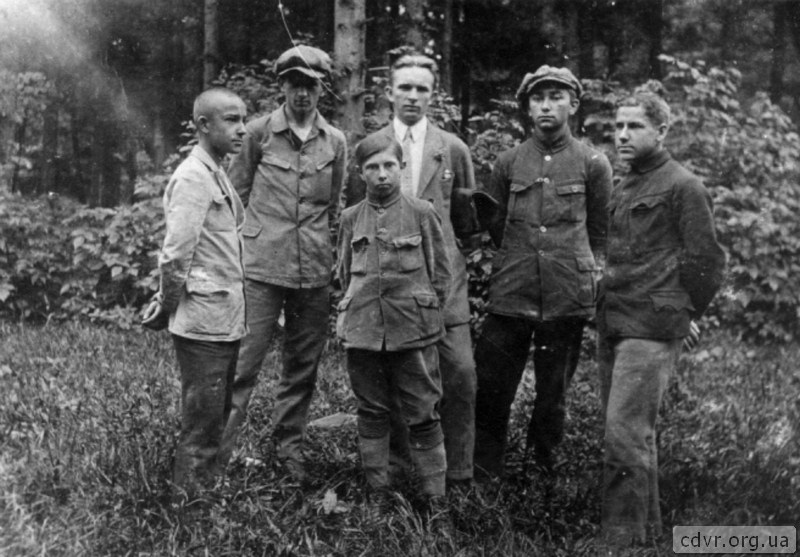 Стоять зліва праворуч: Роман Ерденбергер, Богдан Рак, С.Бандера, Володимир Дармохвал, Володимир Ерденбергер, Євген-Юліан Пеленський.