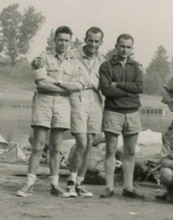 """Муньо (зліва) - бунчужний на бурлацькім вишкільнім мандрівно-воднім таборі для юнаків ч.3, """"Табір 13-ти Весел"""", 1955 р."""