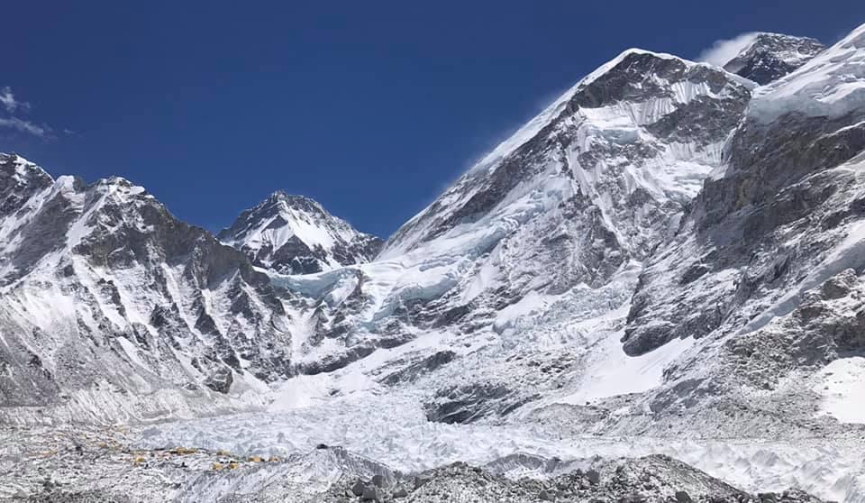 Вид на Еверест з базового табору 5300 м