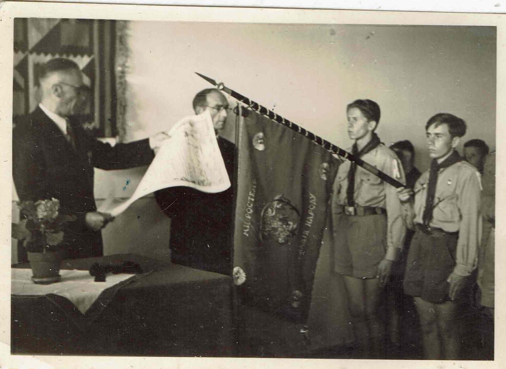 Заступник голови Братства УСС Іван Поритко зачитує грамоту УСС, 20.06.1948.
