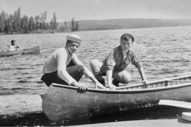 Морський пластовий табір (Канада, 1954). Сидять в човні пластуни Ерко Палидович і Роман Рондяк