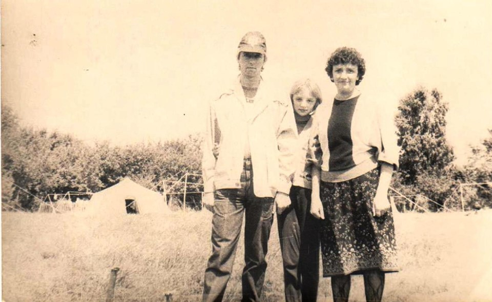 Батьки зі Львова у пластовому таборі провідують дітей. Пластунка Ірина-«Квітка»